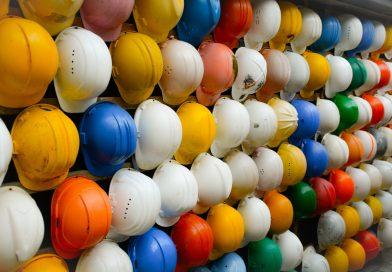 Kolory kasków na budowie – co oznaczają?