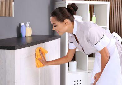 Pokojówka wyciera kurze