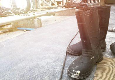 Nieprzemakalne buty robocze – jak wybrać obuwie wodoodporne?